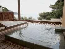 専用の露天風呂を配したウッドテラスからは海を一望!(露天風呂付き離れ客室)