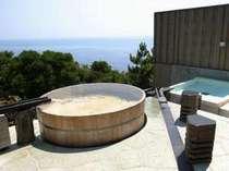 開放感あふれる野天風呂は男女ともに2つの湯舟。空と海との一体感を味わって!