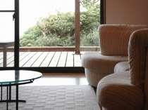 離れ客室のリビング(一例)。大きな窓の外には海を望む専用テラスを完備。