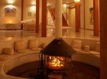 ぐるりと暖炉を囲む本館ロビーのベンチソファでは、やわらかな炎を見つめながら ゆったりとしたひと時を