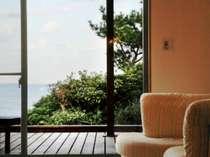 露天風呂付き客室の一例。大きく取られた窓の外には海の景色が広がる。