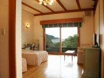 本館ツインルームの一例。大きな窓からは相模灘を一望!