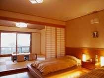 本館和洋室の一例。海を望む専用テラス付き。(写真は107号室)