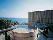 海へと続くような開放的な野天風呂は男女別に2つの湯舟。