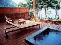 専用の露天風呂を配したウッドテラスからは海を一望(露天風呂付き離れ客室)