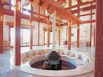 中央の暖炉を囲むように造られた円形のベンチは憩いの空間(本館ロビー)