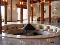 中央の暖炉を囲むように造られたロビーの円形ベンチ(本館)