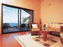 離れ客室のリビングルーム(16畳)。隣には8畳のベッドルームもあり、別荘感覚で過ごせる。(写真は一例)