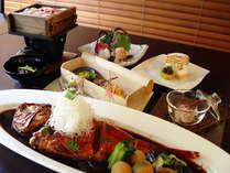 特大!金目鯛の姿煮はボリューム満点!ふんわり・じゅわ~っの味わいを、季節のお料理とあわせてどうぞ。