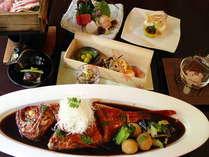 自慢の金目鯛の姿煮は季節のお料理とともに(料理写真は一例。金目鯛は2~3名様で1尾のご用意となります)