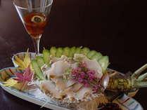 コリコリの食感がたまらない!天然アワビのお造りは、肝もポン酢でご提供。(別料金/ご予約制)