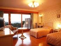 全室オーシャンビューのツインルーム一例。客室ごとに趣きの異なるインテリア。