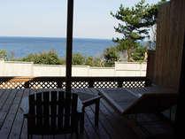 すぐ目の前に海が広がる、露天風呂付き離れ客室のウッドテラス(一例)