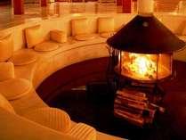 冬から春先にかけてはロビーの暖炉を囲んで静かなひと時を