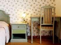 オーシャンビューのツインルームは、イタリア製家具で設えたモダンなインテリア(写真は一例)