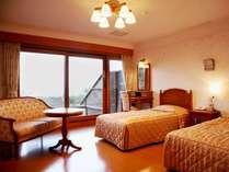 客室ごとに趣きが異なるツインルームの一例(全室オーシャンビュー&テラス完備)