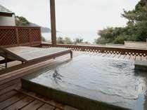掛け流しの湯を湛えた専用露天風呂からはすぐ側に海を一望!(露天風呂付き離れ客室)