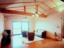 離れ客室の一例。リビングと寝室の分かれたスウィートタイプ。別荘感覚で過ごして。