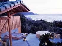 開放感あふれる野天風呂は男女別に2つの湯舟。海と自然に溶け込むような感動を味わって。
