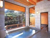 男女別浴場の内湯には、檜の露天風呂と肌に優しい低温サウナも完備。(本館)