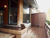 木立に覆われた男女別浴場の露天風呂。(本館)