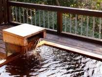 本館の男女別浴場には檜の露天風呂も。室数が少ないため貸切状態で入れることもしばし。