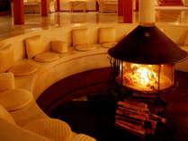 中央の暖炉を囲むように造られた本館ロビーのベンチソファは寛ぎのスペース。