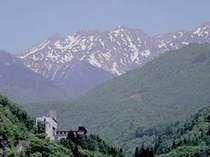 夏の雄大な北アルフ°スと山のホテル全景