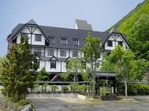 山のホテル外観夏の緑が鮮やかで爽やか