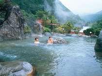 名峰槍ヶ岳と雄大な自然を望む新緑の「超」大野天風呂(女性専用)