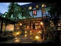 山のホテル外観。当館入り口には水車や池があり情緒溢れる風景