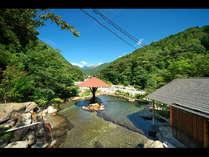 300坪の広~い混浴大露天風呂「山峡槍の湯」。掛け流し温泉と北アルプスの眺めを堪能♪