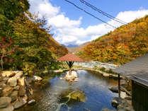 晴れた日には槍ヶ岳を望む、離れ混浴大露天風呂。解放感たっぷりの空間で心ゆくまで温泉を♪