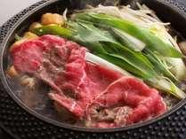 【すき焼き】近江牛または京都牛使用。九条葱やお麩も入ります♪