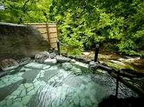 渓谷の絶景を望む露天風呂をはじめ、檜風呂、岩風呂など男女計10種の湯船を楽しめる