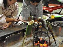 「囲炉裏」を囲む食事に子供たちも興味しんしん