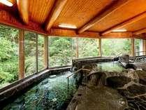 【男女入替制】新装リニューアルの「岩風呂」からは、湯西川のゆったりとした渓流が楽しめる
