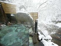 渓流を望む雪の露天風呂