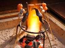 パチパチと爆ぜる音に心も踊る囲炉裏を囲む「平家お狩場焼」