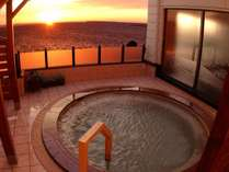 【2F北欧風大浴場】眺望自慢の2階大浴場の露天風呂。夕刻には美しい夕景色が広がります。