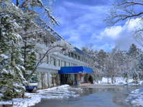 冬の施設全景画像。多くのスキーヤー、スノーボーダーで賑わいます。