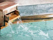 源泉は、効能豊かな 60℃以上の弱アルカリ性の塩化物泉。