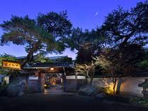 【外観】老舗旅館の風情を醸し出す玄関入口の門構え。
