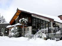 【外観(冬)】若杉高原のゲレンデ中腹にあるので、宿からそのまま滑り出しOK♪