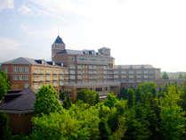 シャトーを思わせる外観、緑豊かな庭園は上質なヨーロッパの伝統の落ち着きに溢れています。