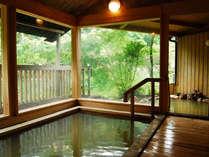 【テイの湯・男湯】芹川を眺めながら朝9時迄は夜通し源泉かけ流しの湯にお寛ぎ下さい。体にいい飲泉もぜひ