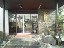 玄関。創業90年のたたずまい。