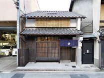 【歴史ある京町家をリノベーションした宿】京町家が、光あふれる「住まい」として生まれ変わりました。