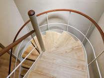 【手すりがここちいい階段】中村好文こだわりのドラマチックならせん階段。木の感触が心地いい手すり。