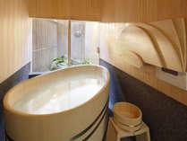 【ヒノキが香るバスルーム】ヒノキのたまご型風呂桶は、自然と頭を乗せたくなるヘリのカーブが絶妙